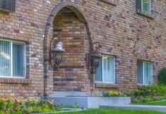 Entrée arquée du bâtiment résidentiel de brique photographie stock