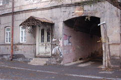 Entrée au bâtiment résidentiel à Erevan Images stock