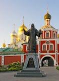 Entrée au couvent de conception à Moscou et le monument Photos stock