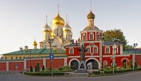 Entrée au couvent de conception à Moscou et le monument Ho Images stock