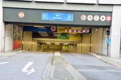 Entrée au garage souterrain d'Allemand de stationnement Photo stock