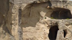 Entrée au logement de caverne antique dans la ville médiévale d'Uplistsikhe banque de vidéos