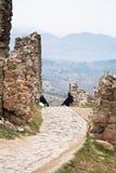 Entrée au monastère Jvari. La Géorgie photos stock