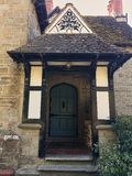 entrée au porche dans la vieille maison anglaise photos stock