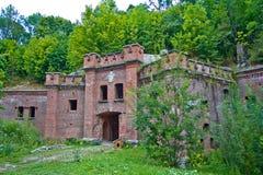 Entrée au ` prussien abandonné de Bronsart de ` de fort à Kaliningrad image stock