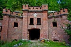 Entrée au ` prussien abandonné de Bronsart de ` de fort à Kaliningrad photo stock