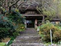 Entrée au temple bouddhiste de Fukiji sur la péninsule de Kunisaki, Japon Photographie stock libre de droits
