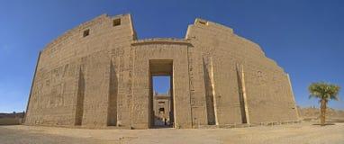 Entrée au temple de Medinat Habu Photographie stock