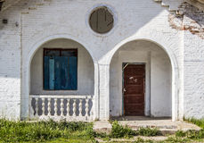 Entrée au vieux bâtiment abandonné image stock