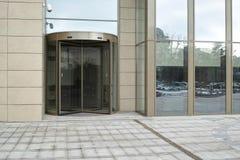 Entrée automatique de l'immeuble de bureaux photos stock