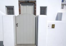 Entrée aux appartements dans Fira, Santorini, Grèce Image de maison blanchie traditionnelle sur Santorini, Grèce photo stock