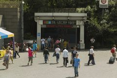 Entrée aux gens, station de métro carrée de s à Changhaï, Chine Image stock