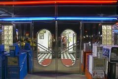 Entrée avant au wagon-restaurant la nuit photographie stock libre de droits
