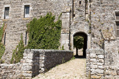 Entrée avec la passerelle de voûtes du château enrichi Photographie stock
