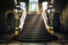 Entrée avec les escaliers symétriques d'un casino abandonné Photos stock