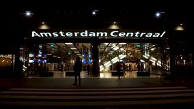 Entrée centrale de station d'Amsterdam la nuit banque de vidéos