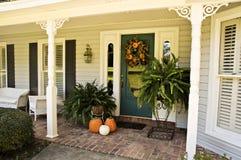 Entrée décorée pour l'automne images stock