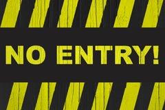 """entrée d'""""No ! panneau d'avertissement de  d'†avec les rayures jaunes et noires peintes au-dessus du bois criqué photo libre de droits"""