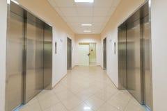 Entrée d'un bâtiment résidentiel avec un ascenseur Photo stock