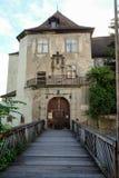 Entrée d'un château avec un pont dans le premier plan photo libre de droits