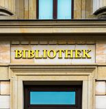 Entrée d'une bibliothèque dans un bâtiment antique marqué avec les lettres d'or image stock