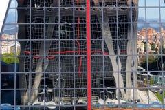 Entrée d'une des tours de Kio reflétées Image stock