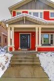 Entrée d'une maison rouge avec une voie et des escaliers menant à la porte et au porche images libres de droits