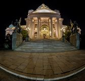 Entrée dans le bâtiment serbe du Parlement à Belgrade la nuit photos libres de droits