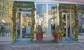 Entrée de boutique avec la décoration de Noël dans mauvais Ragaz Photographie stock