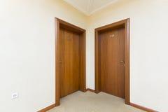 Entrée de chambre d'hôtel - deux portes en bois brunes Photographie stock libre de droits