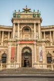 Entrée de la Bibliothèque nationale célèbre de Vienne de Heldenplatz Photos stock