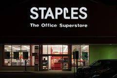 Entrée de magasin de fourniture de bureau de Staples la nuit photos stock