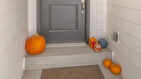 Entrée de panorama d'une maison avec une manière de passage étroite menant à la porte grise photographie stock libre de droits