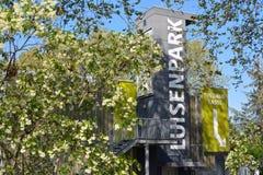 """Entrée de parc municipal appelée """"Luisenpark """"dont les attractions incluent une serre chaude, bateaux, animaux, jardins image libre de droits"""