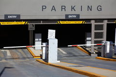 Entrée de parking au fond Photo libre de droits