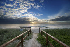 Entrée de plage au lever de soleil Photos libres de droits