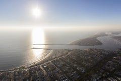 Entrée de port de plage de Newport avec Sun et brouillard Photos libres de droits