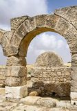 Entrée de Rolling Stone de synagogue antique de Susya en Cisjordanie image stock
