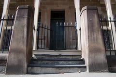 Entrée de rue au vieux bâtiment colonial avec la barrière de fer travaillé photographie stock