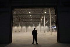 Entrée de Standing At Warehouse d'homme d'affaires Photographie stock libre de droits
