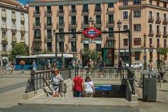 Entrée de station de métro d'opéra sur la place avec des personnes à Madrid photo stock