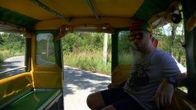 Entrée de touristes dans le safari de jungle banque de vidéos