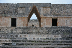Entrée de voûte de croisillon du bâtiment de couvent, Uxmal, pe de Yucatan Images libres de droits