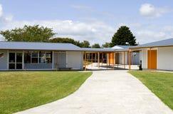 Entrée du bâtiment scolaire en bois Images stock