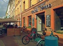 Entrée du café au centre de St Petersburg images stock