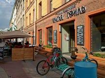 Entrée du café au centre de St Petersburg photo stock