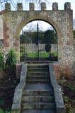 Entrée en pierre fleurie de jardin Photographie stock libre de droits