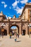 Entrée en pierre monumentale de voûte au secteur des rues et des places médiévales confortables avec des attractions, personnes d photo stock