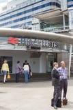 Entrée extérieure de support de personnes à la station de train Image stock