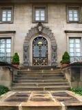 Entrée formelle et escaliers en pierre Photos stock